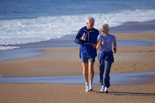 E005203_couple-walking-on-beach